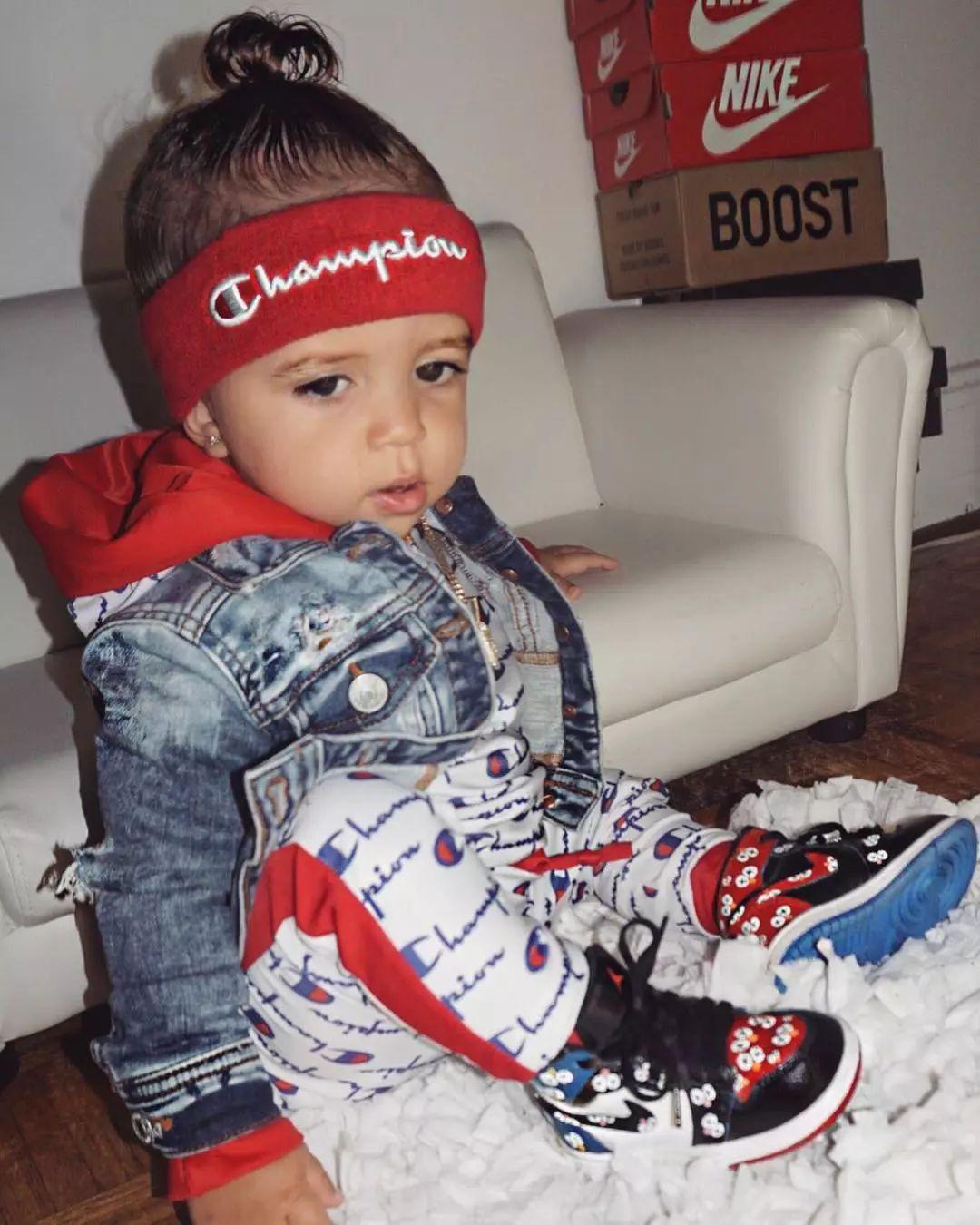 壁纸丨一岁的小孩,已经穿上了最潮的单品!