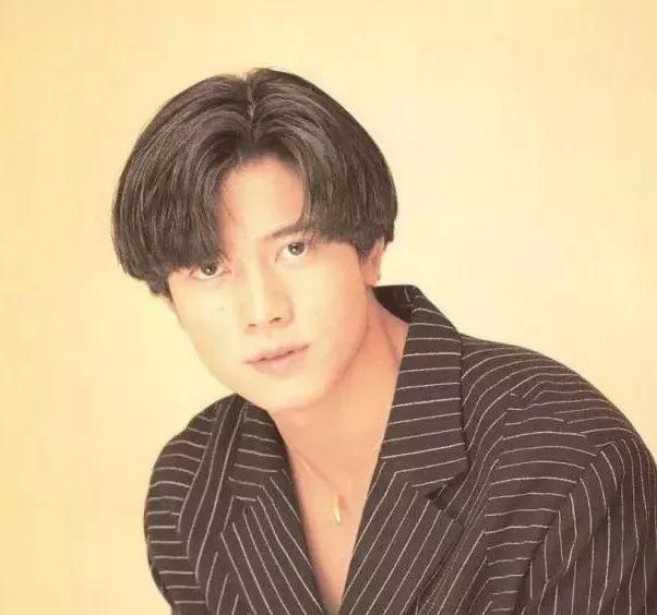 郭富城在90年代的那会的中分发型,可以说是现在很多男生中分发型的图片