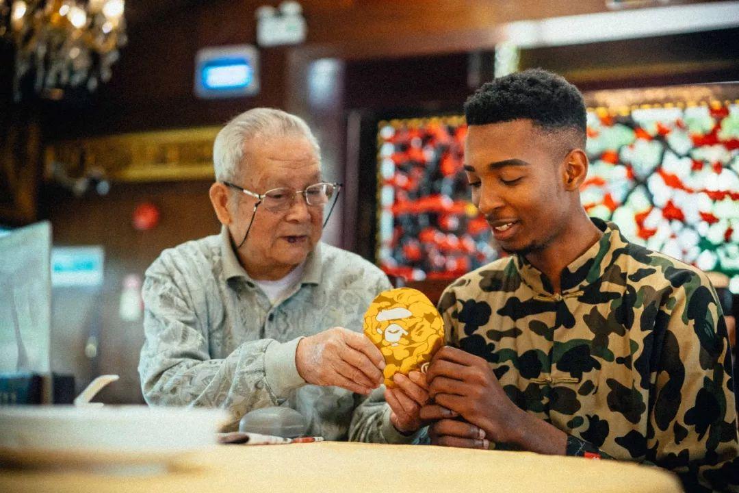 这次YOHO!Boy带外国朋友体验了喝早茶穿唐装的广东春节!