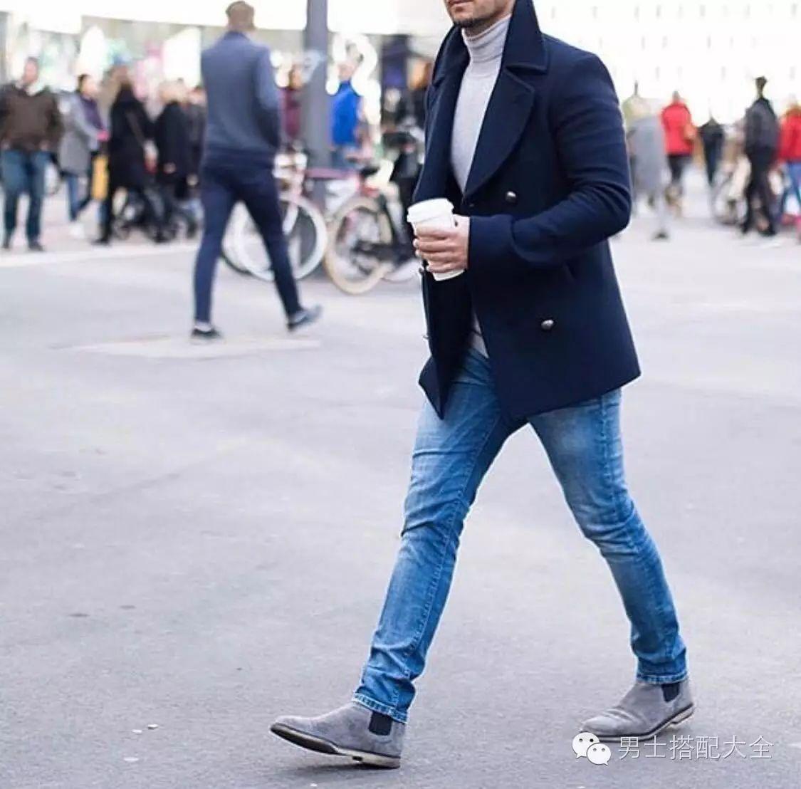 ▼简单的白t,窄管牛仔裤基底,以皮夹克外套和切尔西靴穿出嬉皮 look!