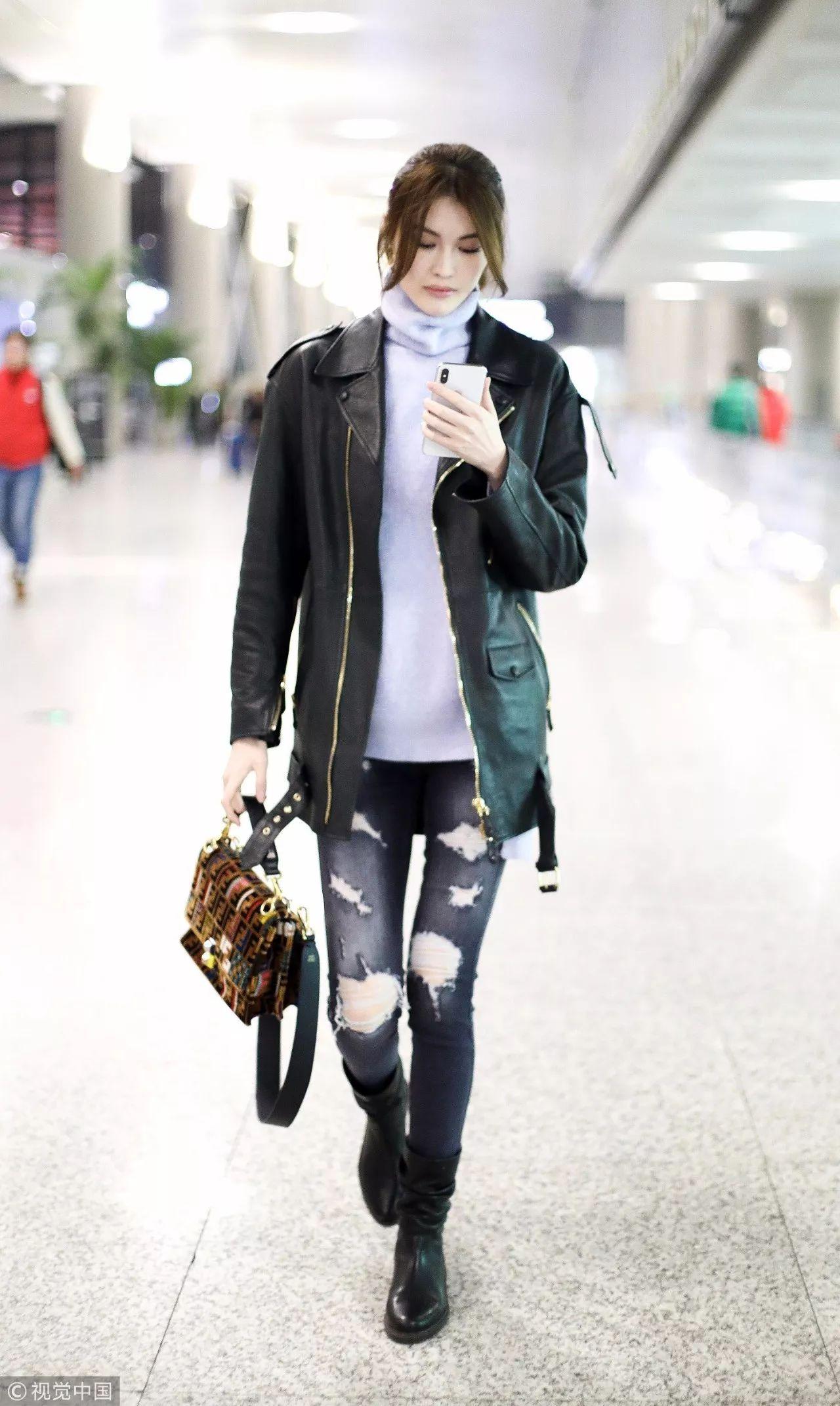 何穗浅灰色堆堆领针织衫搭配oversize机车夹克,黑色磨白紧身牛仔裤