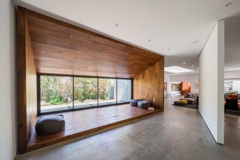 纯木打造的禅房与楼梯是房间设计的点睛之处,为这栋后现代风的建筑添