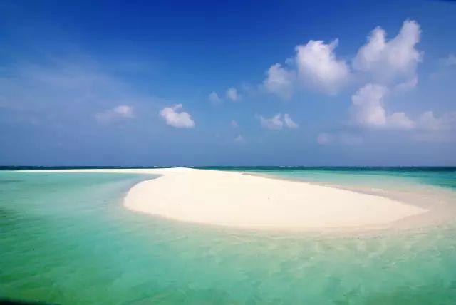 它就在南海的西北部,海南岛东南方,隶属中国海南省三沙市,是中国南海